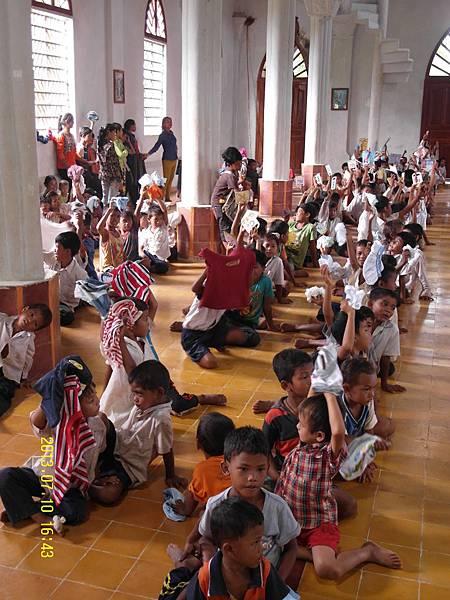1   孩子們拿到物資,相當開心,每一分物資,不管是枝鉛筆、一塊橡皮擦、一件衣服、一個背包等等物品,對他們來說都是一件禮物!他們很珍惜!.JPG