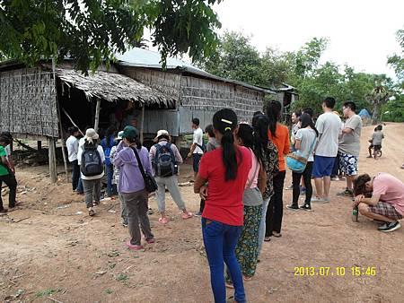 1   當地教會負責人sarko帶領我們台灣志工們,拜訪附近居民。_縮圖.JPG