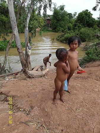 阿嬤在黃澄澄混濁的河邊,幫孫子洗澡!_縮圖.JPG