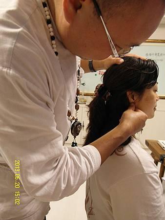 5陳老師示範臉部排毒點的位置!每天自己按摩,促進毒素排出!_縮圖.JPG