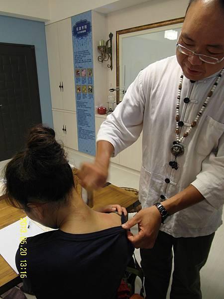 7肩頸部刮痧,可改善中暑頭痛之不適。_縮圖.JPG