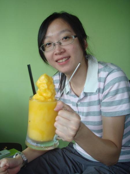 ㄚ姨喝芒果冰砂
