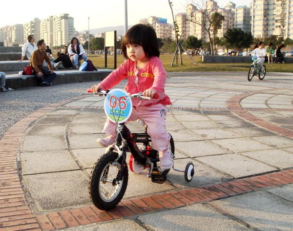 內湖美堤河濱公園內騎腳踏車