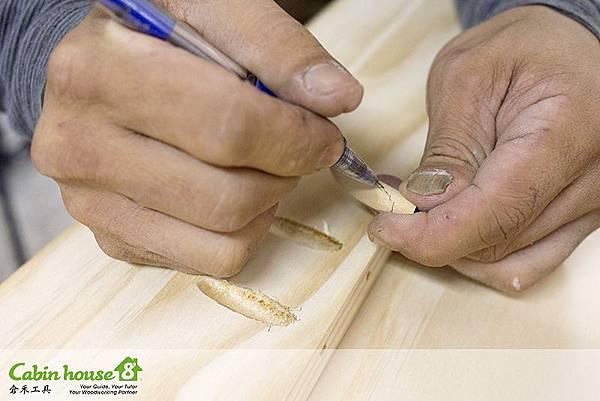 木工劃線雛形後,取出木塞,再把沒劃好的部分加強,避免沒看清楚手持鋸鋸偏