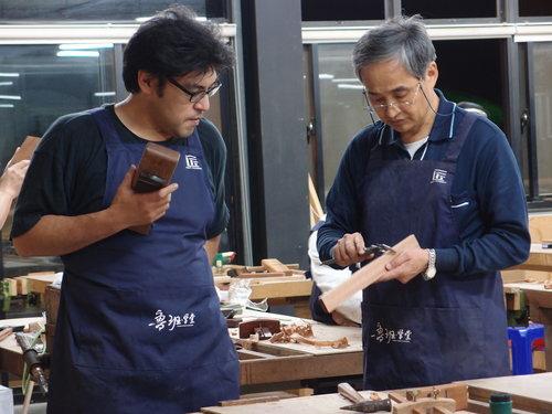 在日本上小學的時候,學校課程裡有安排使用一些簡易的機器, 小時候已使用過線鋸機, 之後來台灣對木工產生興趣, 所以也購置了一些小型的機器設備在家自行操作, 平鉋機、圓鋸機、線鋸機…都有