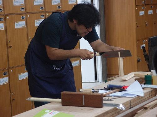 不過,他更想瞭解的是:機器如何安全的使用及操作、 手工具的使用技術及方法姿勢是否正確(如:鉋刀、鋸子), 這是在魯班學堂學習到非常重要的觀念。