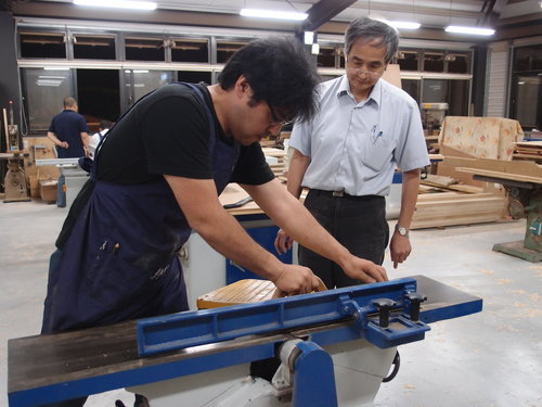 接觸木材,手作的感覺十分令人著迷及滿足, 也讓作品更有完整性,木作是一門「工夫」。 山田先生說:現在家裡的機器都讓它們睡覺休息去了。 貼切又幽默的形容著。 學習後的心得分享, 他用筆記本寫出了這個過程的想法:技術→體驗→滿意→鋸鉋→正確→建議。