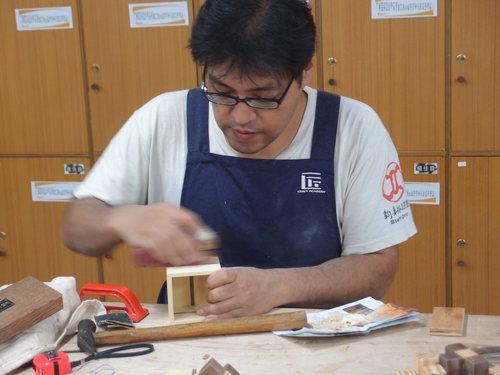 魯班學堂102年春季晚間班學員-山田博之專訪  山田博之先生是歷年木工課程裡的第三位外國學員, 在課程進行時專注學習製作的神情,嚴謹而慎重, 為了更接近操作虎鉗上的作品,一般通常是彎腰或蹲下去, 山田先生還加上「跪地」的方式進行著…