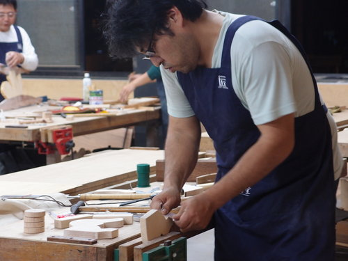 來臺灣大約3年半,經營了一間日式風味的雜貨店, 當初因為做店裡的東西需要木工, 自己也有興趣,所以參加了木工課程, 開始創作並將作品擺放在店裡,客人相當喜歡並詢問是否能客製化, 想要訂作一樣東西,但山田先生怯步了... 他說:自己沒有自信,客製化的作品應該要做的更精美才行, 不然會有罪惡感,於是要訓練自己加強木工技術。 不過,認真的投入發現,木工的領域種類多樣, 不單單只有學習使用螺絲與機器, 還要有「榫卯」的木工技巧, 所以又去報名了另一個木工學習的場域-魯班學堂。