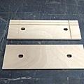 活動前夾塊 在夾持面加上了幾條的V型槽,可方便用來夾持圓形的工作件。 你可以看到通過螺桿的兩個孔,並不是正圓,這樣在夾持錐型的工作件時才有活動的空間。