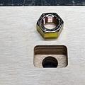 將螺母放入後夾塊中 用來幫助將螺桿固定在後夾塊上。