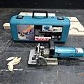 拿出餅乾機,準備銑孔插入檸檬片以增加結構的強度