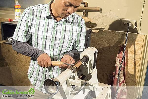 在操作木工工具車床時候,建議使用護目鏡,以防操作製筆車刀時候木屑噴射眼睛