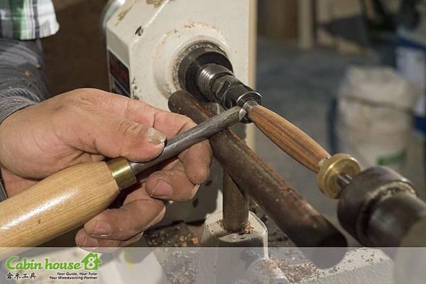 這是熟練者製筆車刀握法,以食指頂住,可以方便左右橫移,是最多人的製筆車刀工具握法