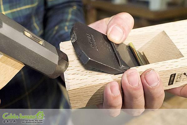 如果左邊感覺刀鋒比較高,就敲打底端左邊進行刨刀退刀