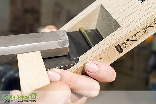 刀片與壓鐵裝入刨堂之後,開始敲打,先敲打刀片,再敲打壓鐵
