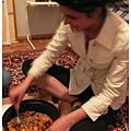 0412 她正在把所有食物繳爛