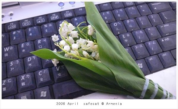 0418 中午吃飯時Karen向路邊老婦人買來送女生的花