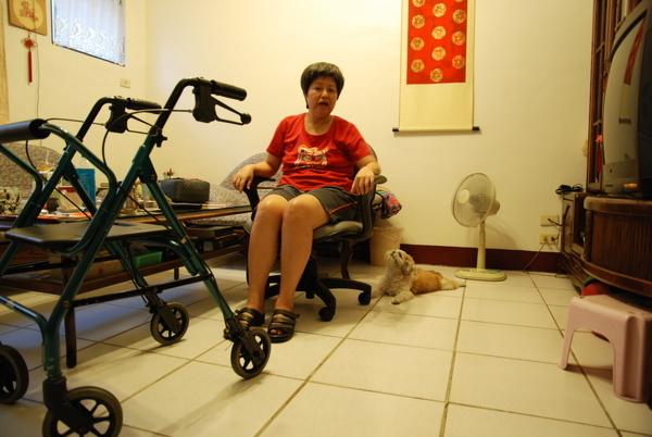 0726 瑪妮每天就這樣趴在我馬麻旁邊
