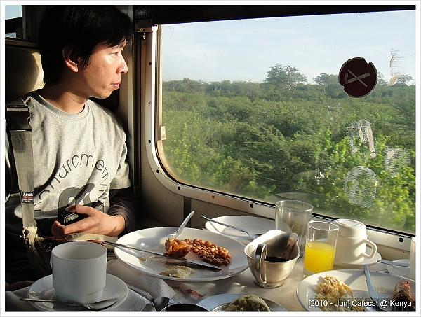 為什麼早餐不能好好吃麵包就好,非要用個很像納豆的噁心東西><