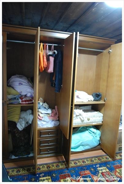連衣櫃都塞滿主人的衣服