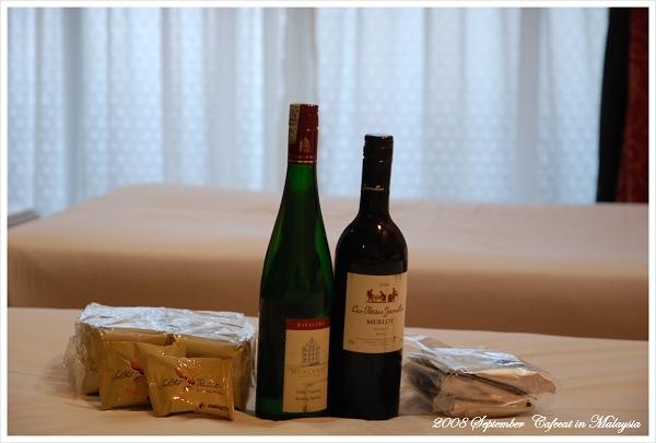 馬航空姐送我們兩瓶酒