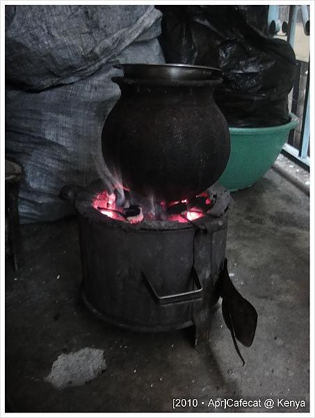 我的寄宿家庭每天都要升炭火煮飯