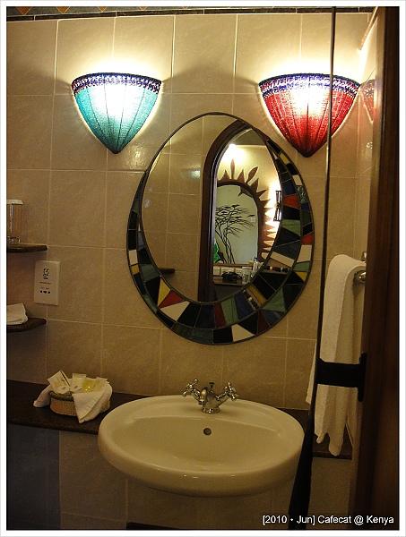 燈是馬賽珠珠串成的手工藝品