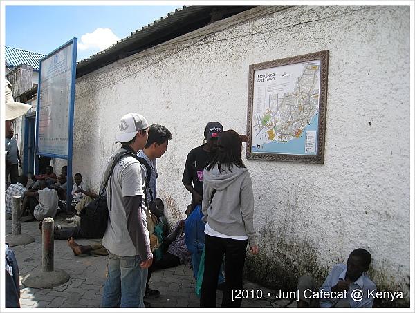 黑人導遊一直指著牆上導覽說,這裡強烈建議當地人帶路,不然有多危險之類的...