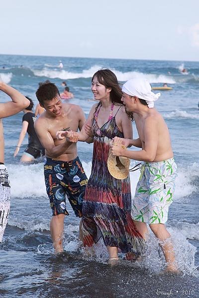 卡扣以為了要看人被丟自己跌倒跌到海裡