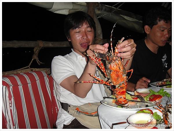 廚師亂拿~~~這兩個半邊根本就不是同一隻龍蝦...大小差很多好嗎!!!
