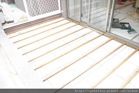 北投奇岩咖啡FIERY-前庭地板南方松施工2