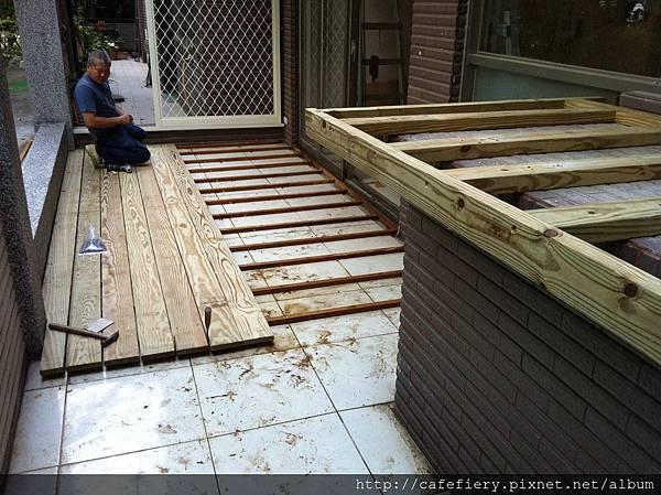 北投奇岩咖啡FIERY-前庭地板南方松施工1