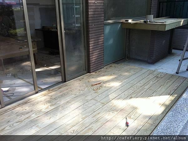 北投奇岩咖啡FIERY-前庭地板南方松施工完成1