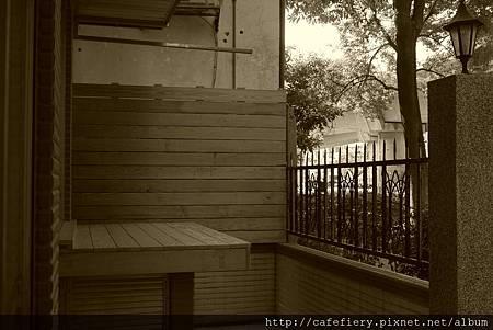 北投奇岩咖啡FIERY-前庭側板南方松施工完工