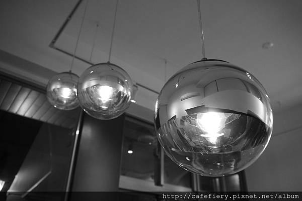 北投奇岩咖啡FIERY-美麗吊燈