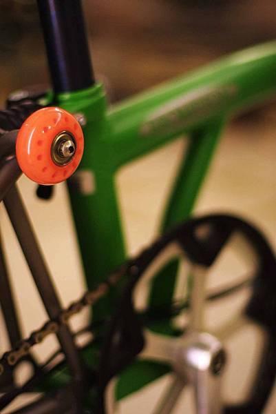 橘色輪配綠