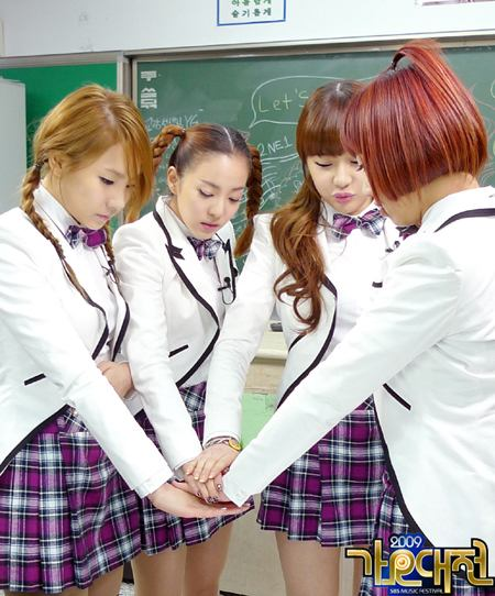 20091224_2ne1schooluniforms_main.jpg