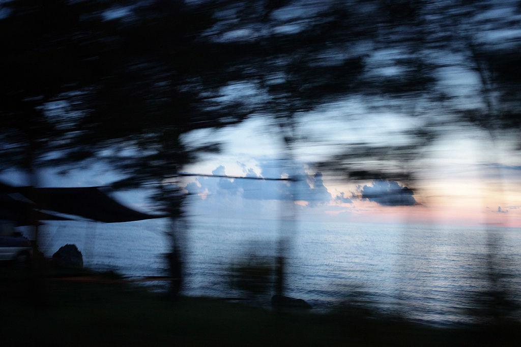 夜深了,四周漸漸變暗, 車窗外可以看到海洋 晚上的墾丁讓人很有感覺