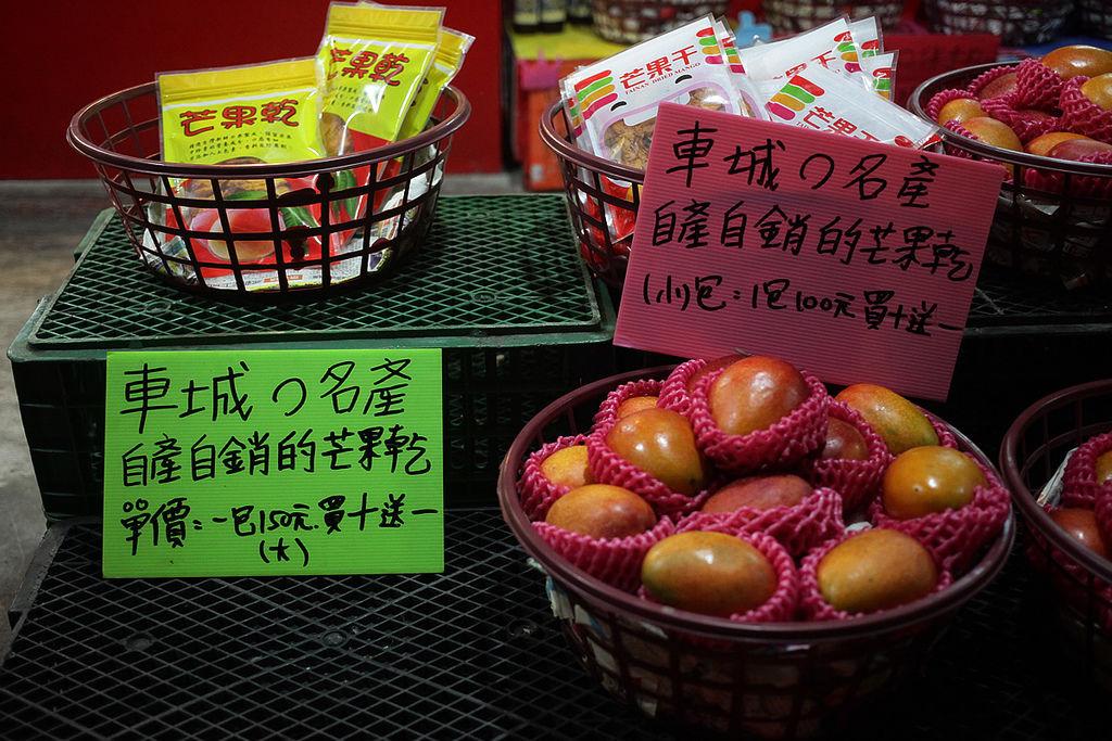 一大堆的芒果, 聞起來好樣很甜的感覺, 店內到處都是芒果的香味...