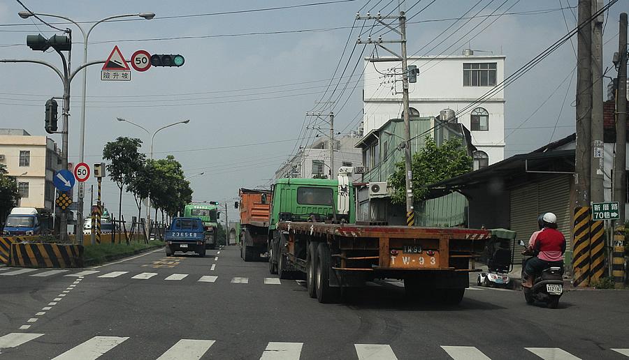 高雄小港區附近 到處都是大卡車der說
