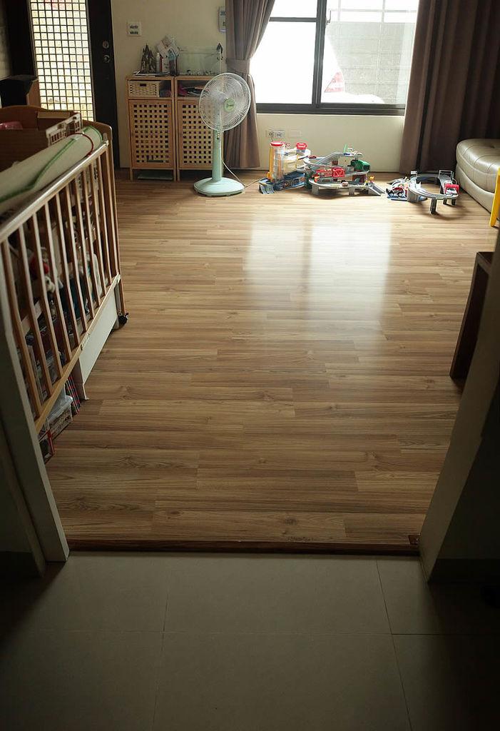 別墅的客廳 採光非常好 配合(暖色系)的白橡色木地板