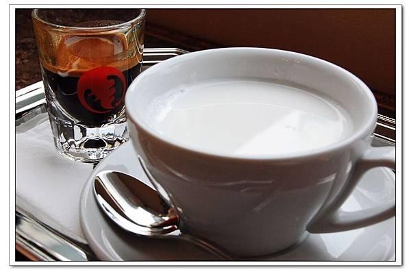 三葉蟲  espresso+ milk.jpg