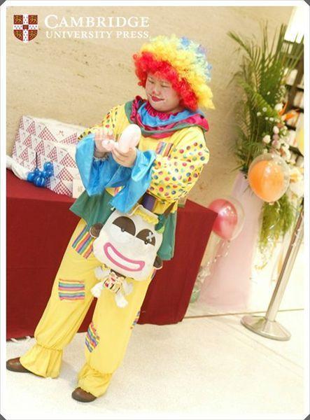 由小丑姊姊折氣球贈送給現場小朋友