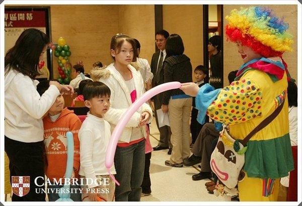 小丑姊姊折氣球