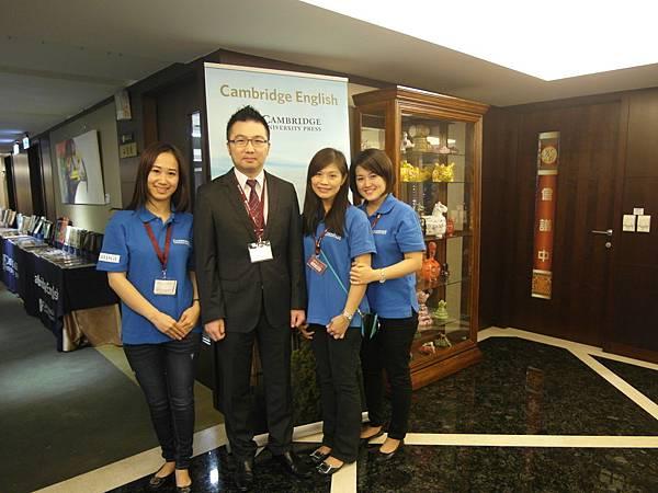 南區業務同仁們-左起:Eva, 華泰文化吳昭賢副總, Candy, Josie