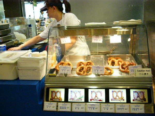 好吃的餅- 老哥跑去試吃.在滿記過去一點(我們在海港城)我們就去買了HK17/1個.買2送1.有多種口味.我都買杏仁