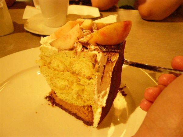 白桃不會很甜.整個蛋糕吃起來很新鮮的感覺.口感層層分明卻..巧妙的融合在一起.一點都不突兀.算是我吃過最