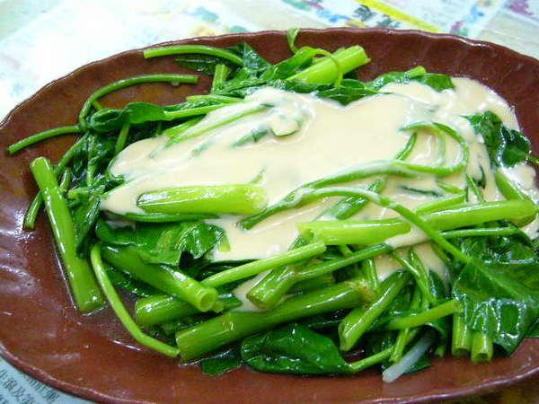豆乳通心菜-就是我們的空心菜.但是他們的調味是豆腐乳.請店員幫我們洗掉那濃濃的乳汁.我覺得還是台灣的青菜