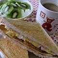 豐盛的早餐~肉鬆起司蛋三明治+奇異果優格+香濃咖啡